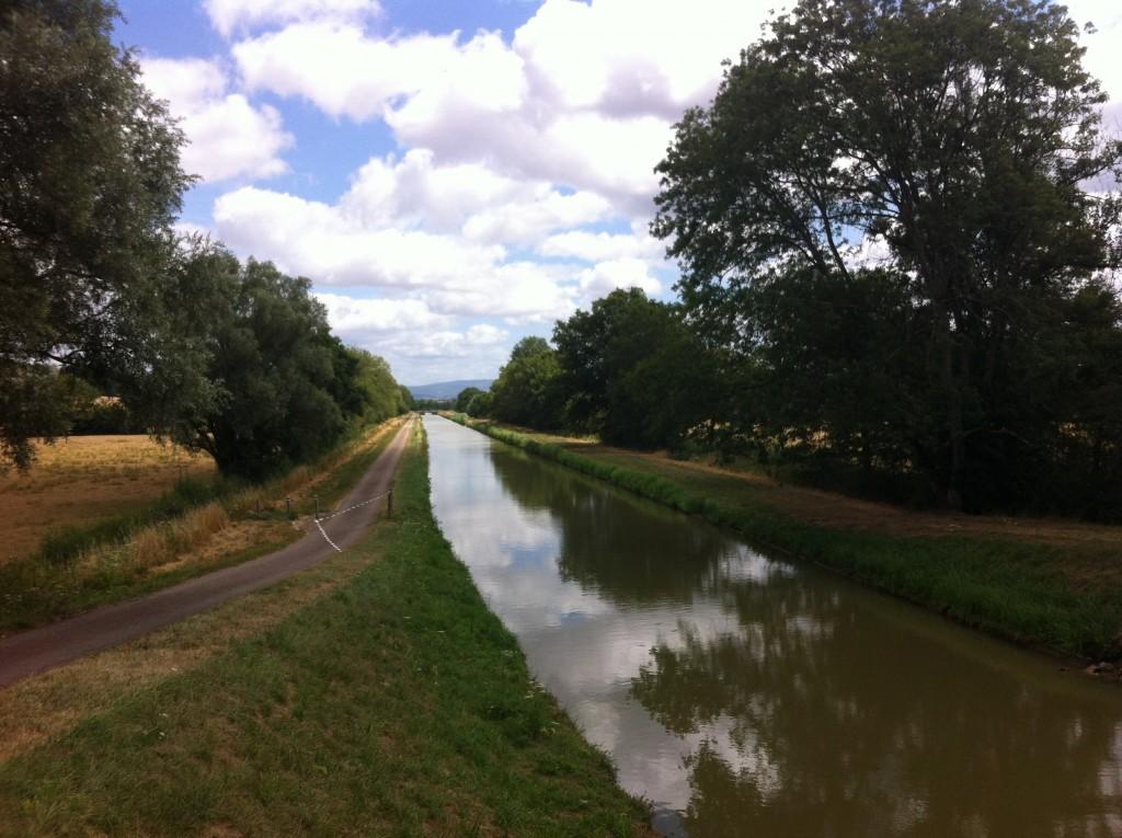 Een mooi kanaal, maar in de verte loert de Morvan.
