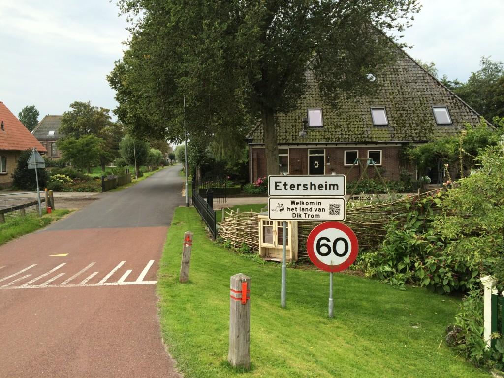 Hier in Etersheim pikken ze een graantje mee van de bekendheid Dik Trom. De verhalen zijn in Hoofddorp gesitueerd, maar de auteur was hier ooit schoolmeester.